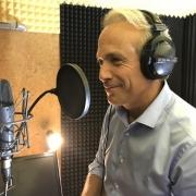 En studio Voix off